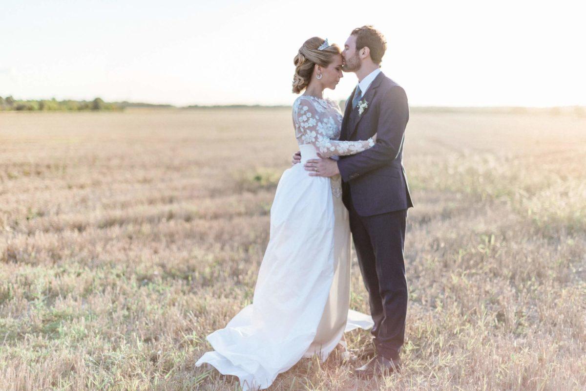 couple de mariés qui se prend dans les bras