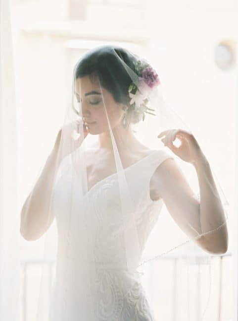 une mariée sous son voile