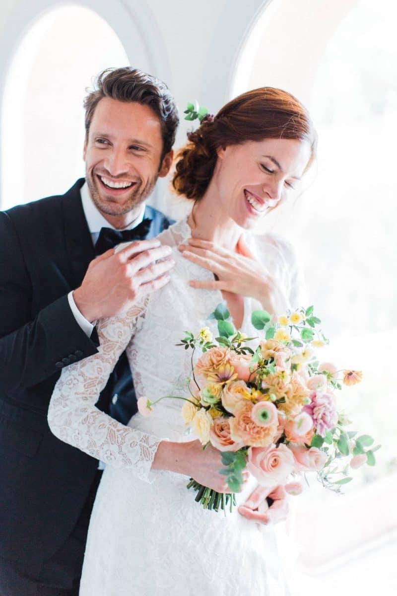 couple en train de rigoler devant photographe de mariage