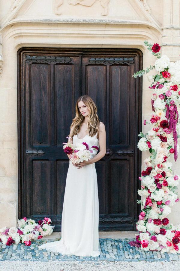 mariée qui prend la pose dans un mariage chateau saint martory