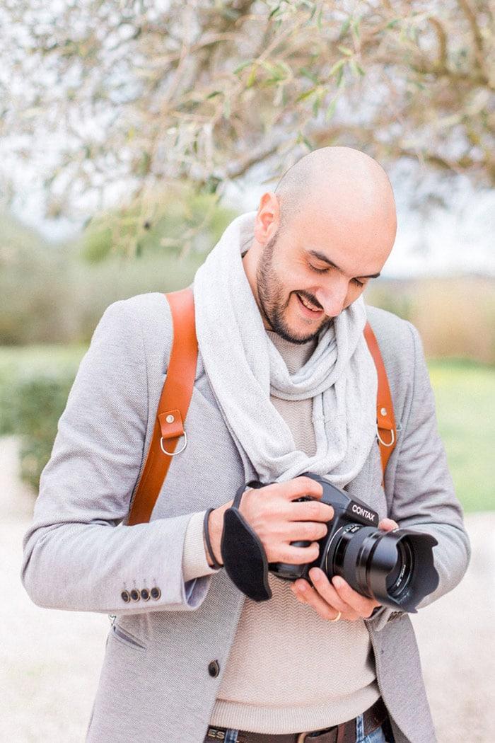 photographe avec appareil photo dans les mains