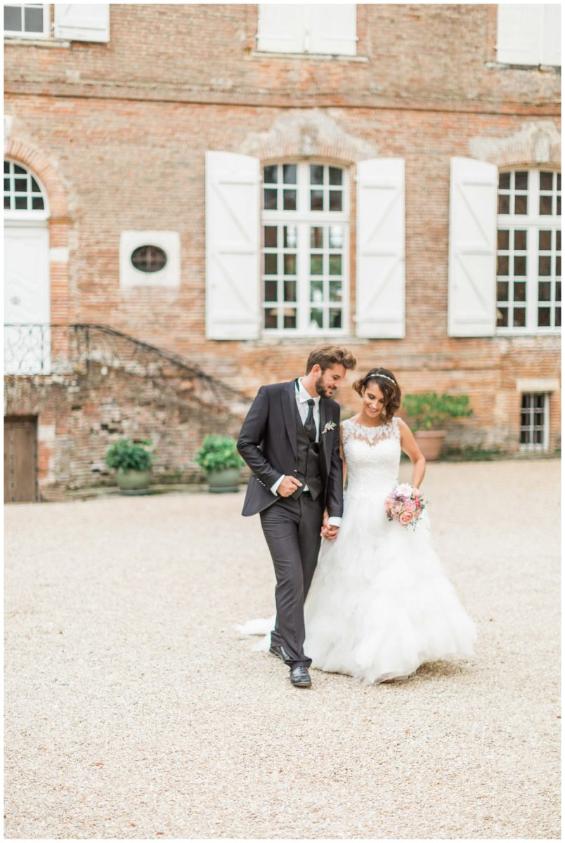 mariage au château des Varennes couple qui marche dans la cour