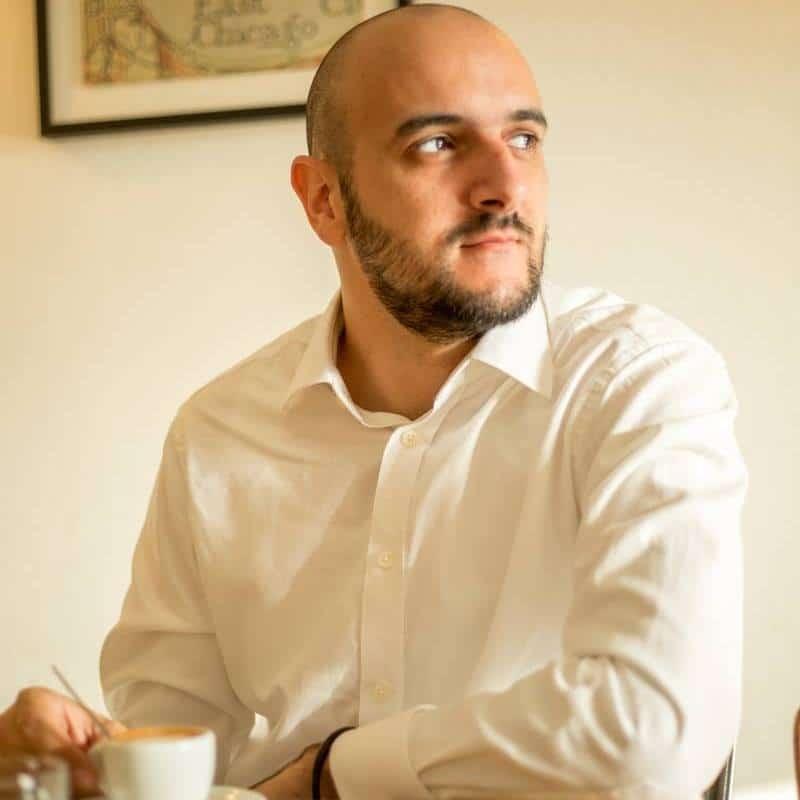 Guillaume en train de boire un café