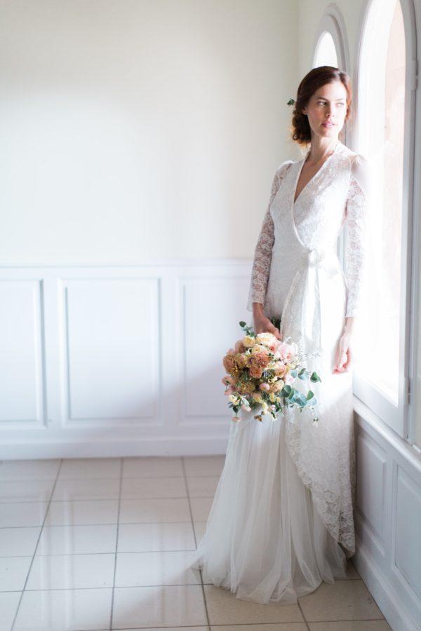 mariée contre la fenêtre