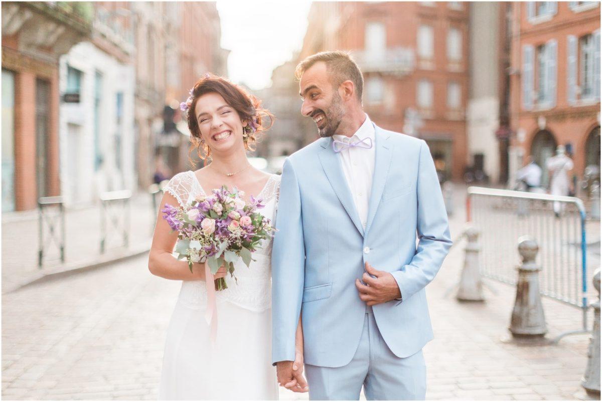 mariés qui rigole en se prenant par la main