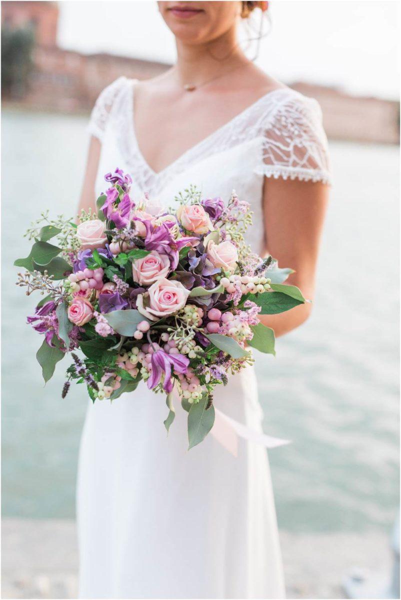 bouquet de fleur tenu par la mariée