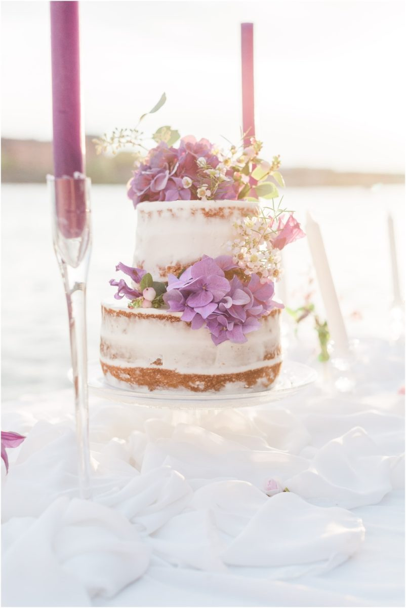 wedding cake au bord de la garonne sur une table