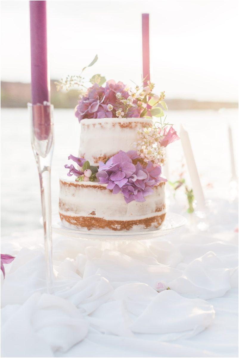 wedding cake au bord de la garonne sur une table