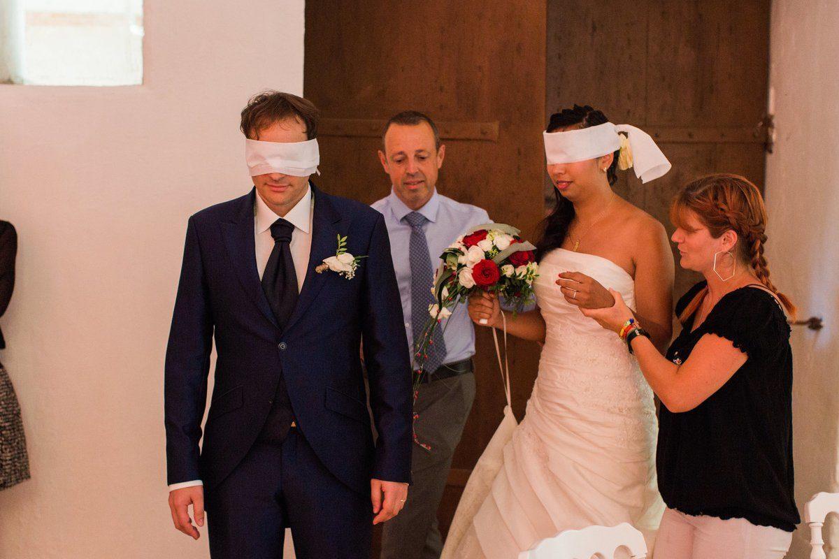couple de mariés les yeux bandés