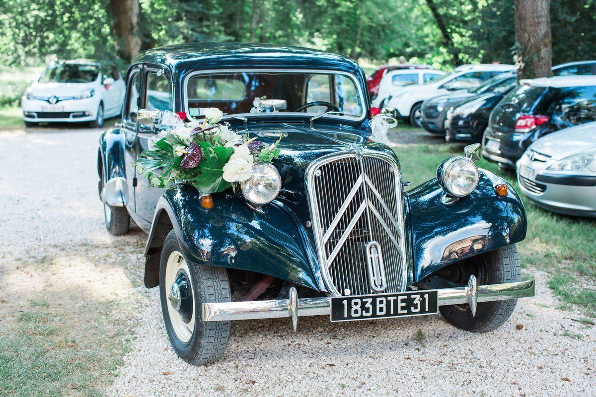 vieille voiture française garée devant le château de caumont