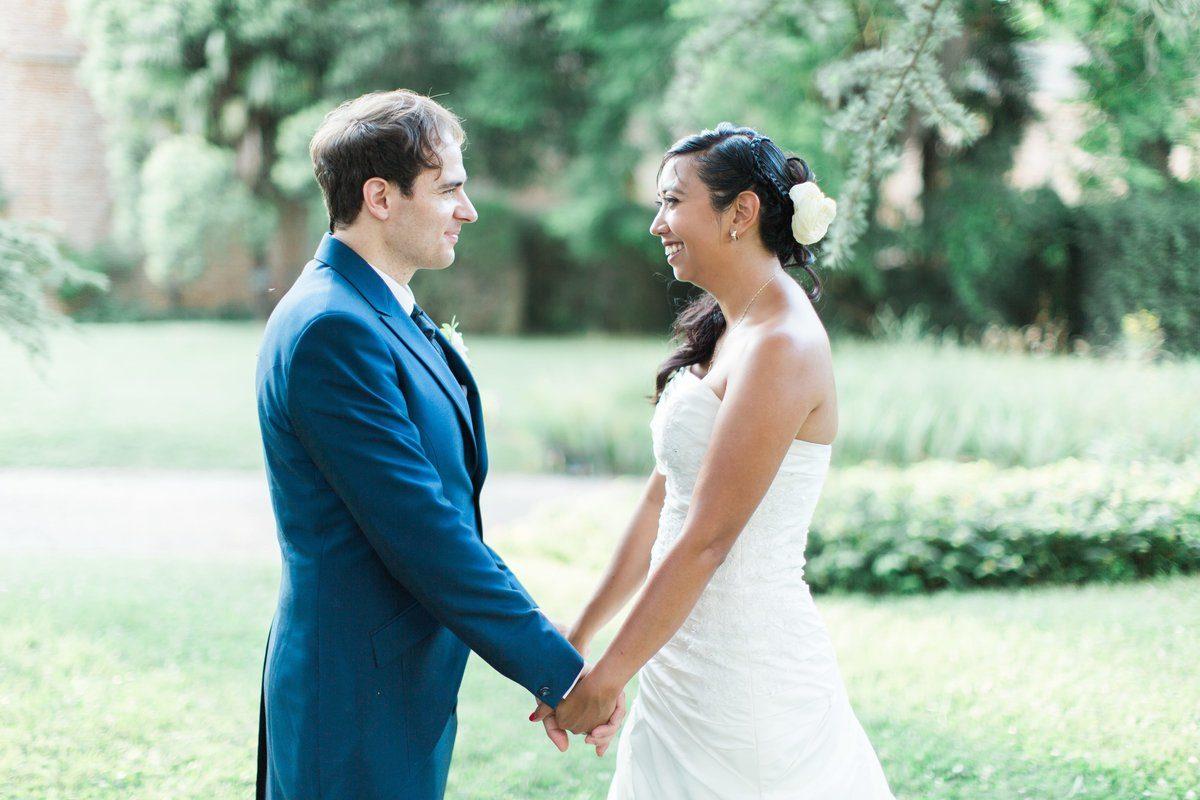un couple de marié se prend par la main dans un parc du château de caumont
