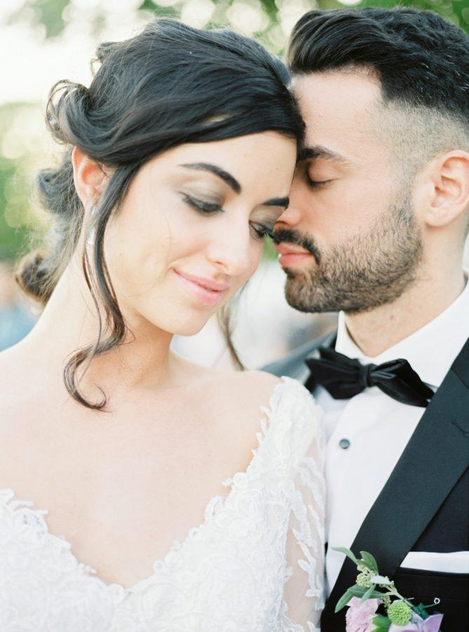 couple de marié qui se prend dans les bras