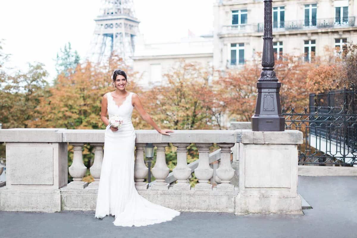 mariée souriante à Paris, contre un rebord