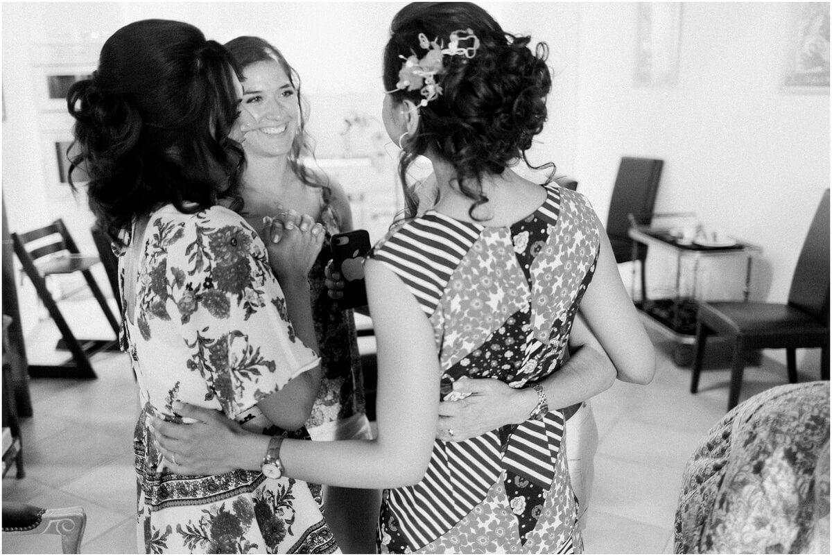 noir et blanc la mariée se prend dans les bras avec ses demoiselles d'honneur