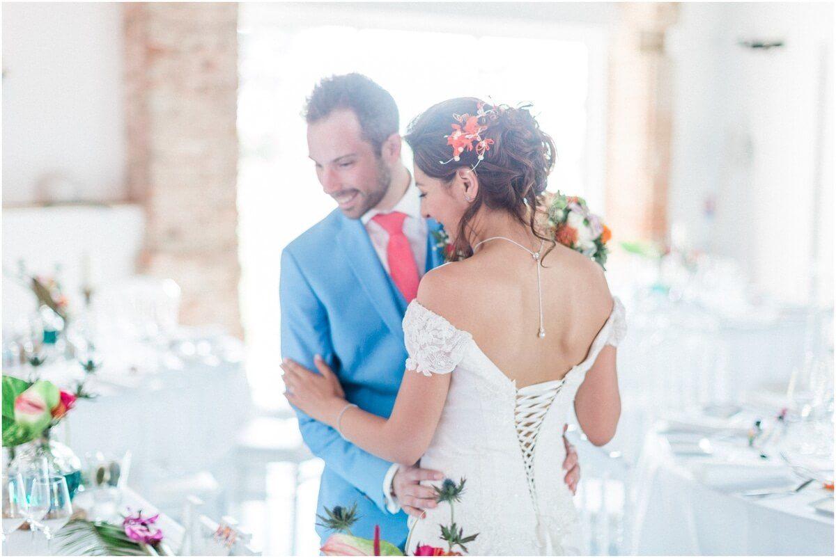 couple de marié qui découvre la décoration de table au domaine de ronsac