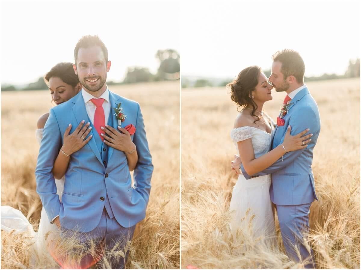 diptyque de mariés qui marchent dans un champs de blés