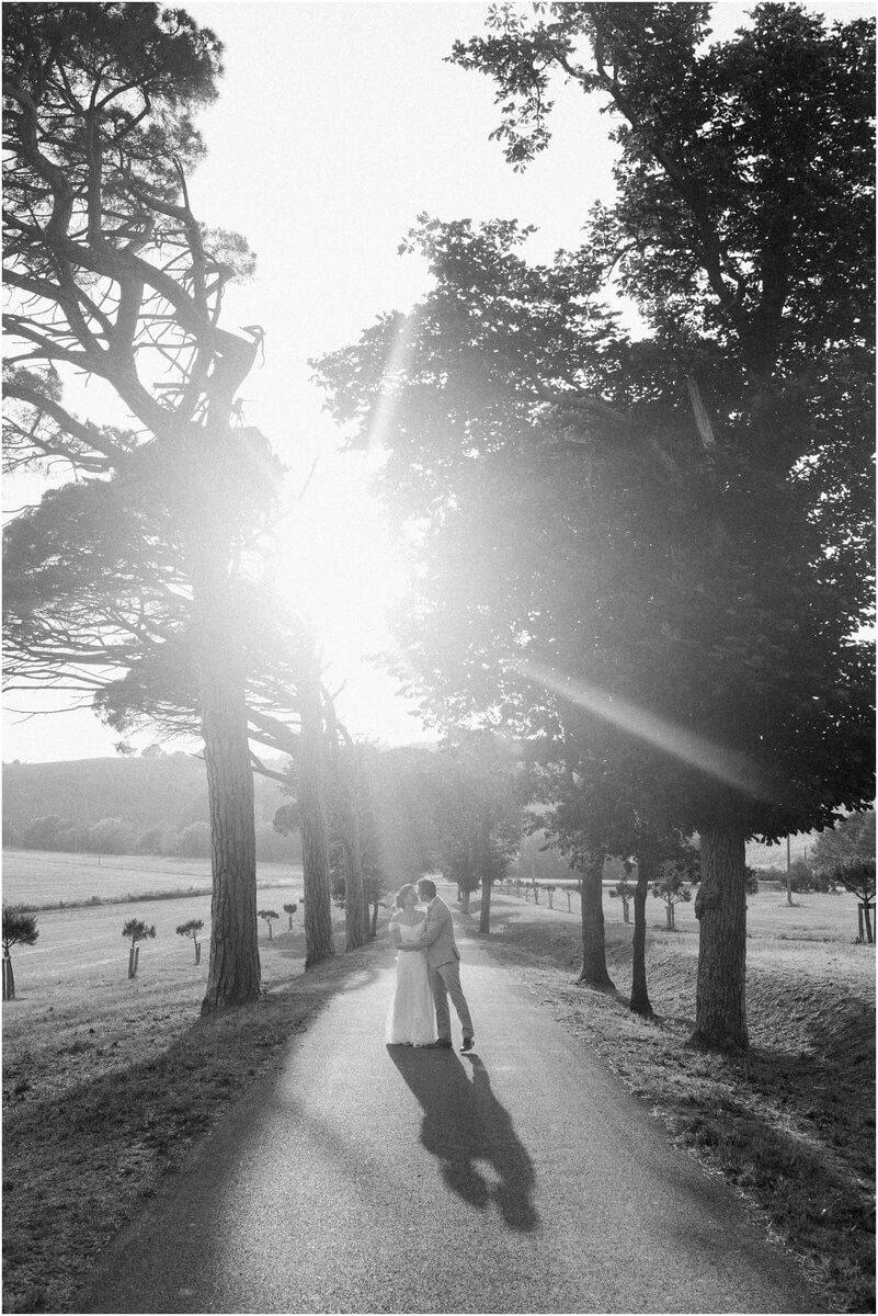 photo noir et blanc mariés qui marchent au domaine de ronsac