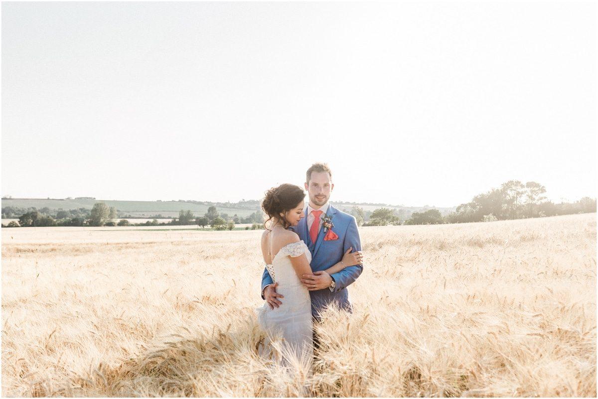 couple dans un champs de blé près du domaine de ronsac