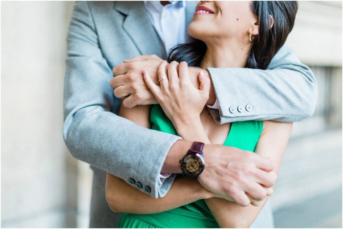 couple qui se prend dans les bras au louvre pendant la seance photo couple paris