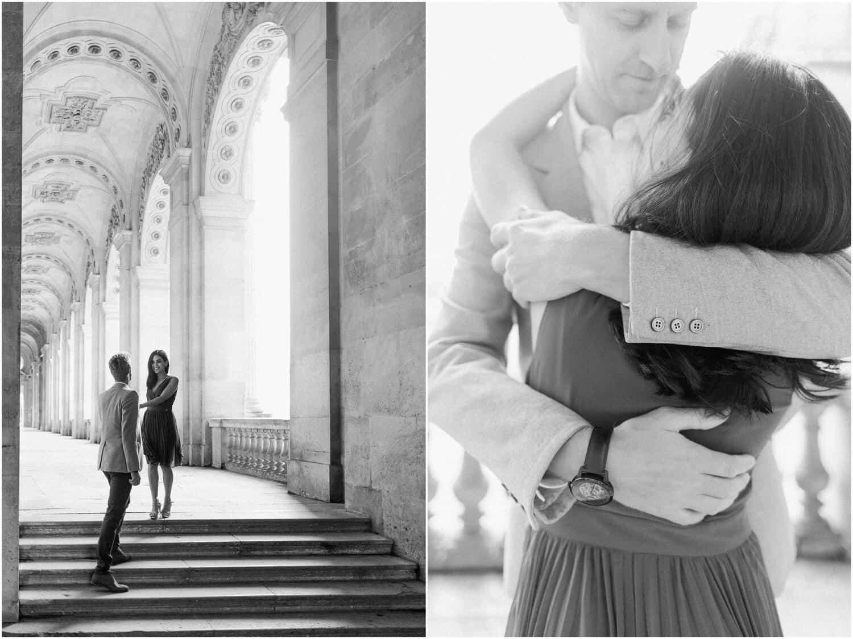 diptyque en noir et blanc dans les arcades du louvres pendant la seance photo couple paris