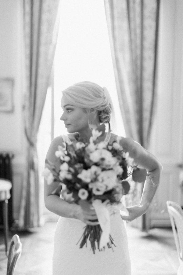 préparation de la mariée durant les préparatifs au château de Varennes photo en noir et blanc
