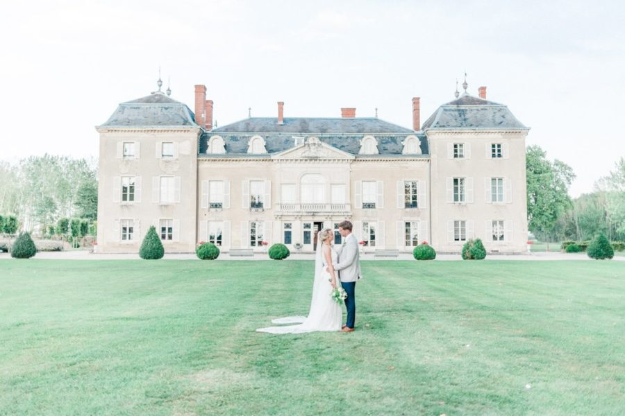 portrait de couple de marié devant la façade du chateau de varennes
