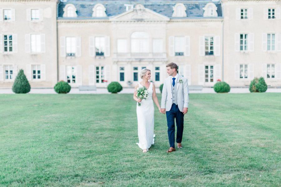 portrait de couple de marié qui marche dans le parc du chateau de varennes