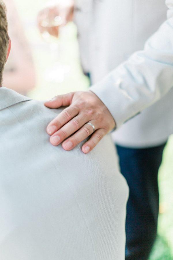 détail main sur l'épaule au chateau de varennes