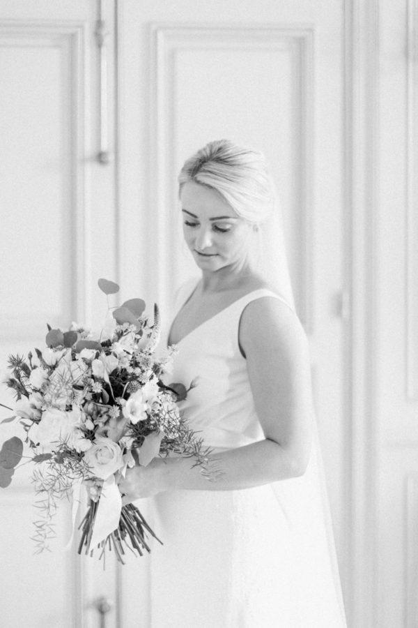 portrait de la mariée durant les préparatifs au château de Varennes