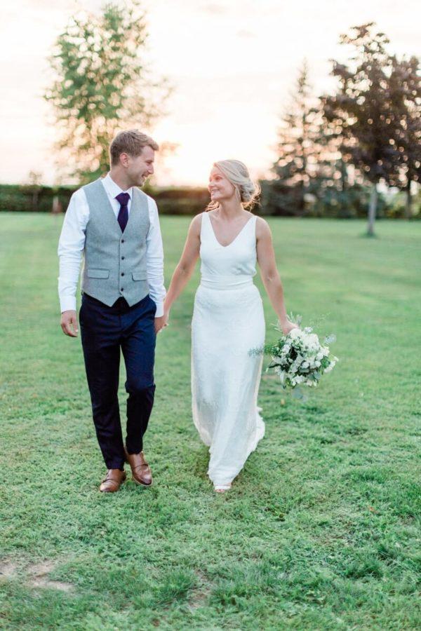 portrait de couple de marié marchant dans le jardin du chateau de varennes