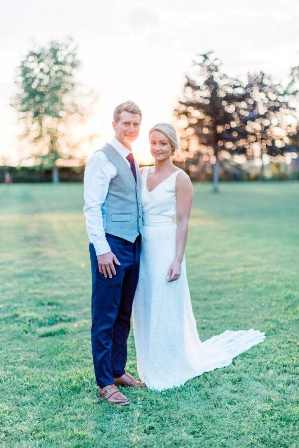 portrait de couple de marié dans le jardin du chateau de varennes