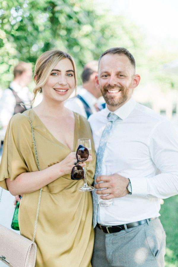 photo de couple durant le cocktail à un mariage au chateau de varennes