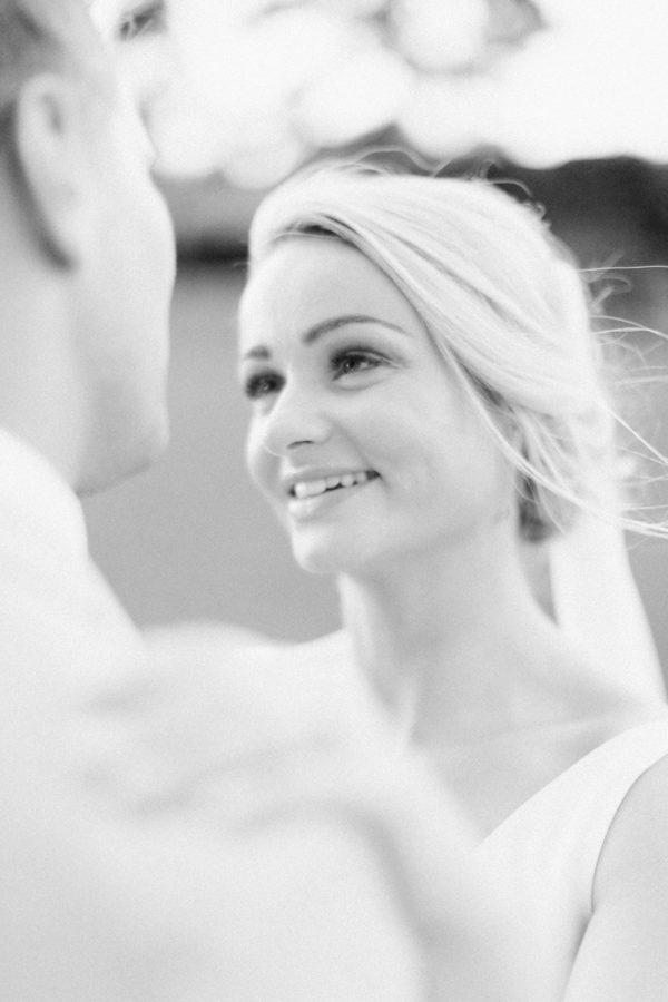 portrait de la mariée dans le du chateau de varennes en noir et blanc