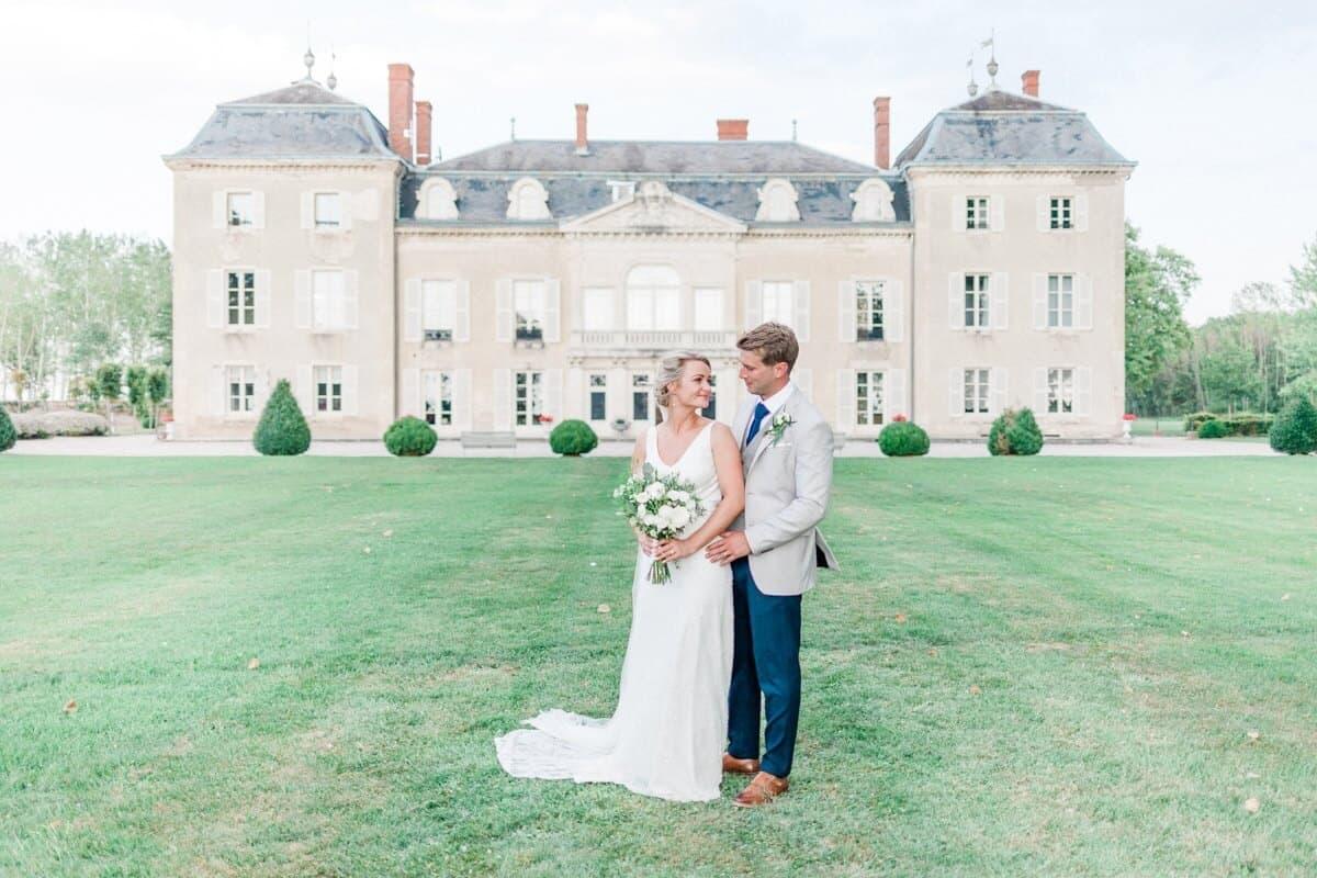portrait de couple de marié devant le chateau de varennes