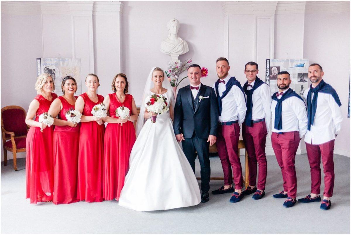 les mariés à la mairie d'aucamville avec les demoiselles et garçon d'honneur