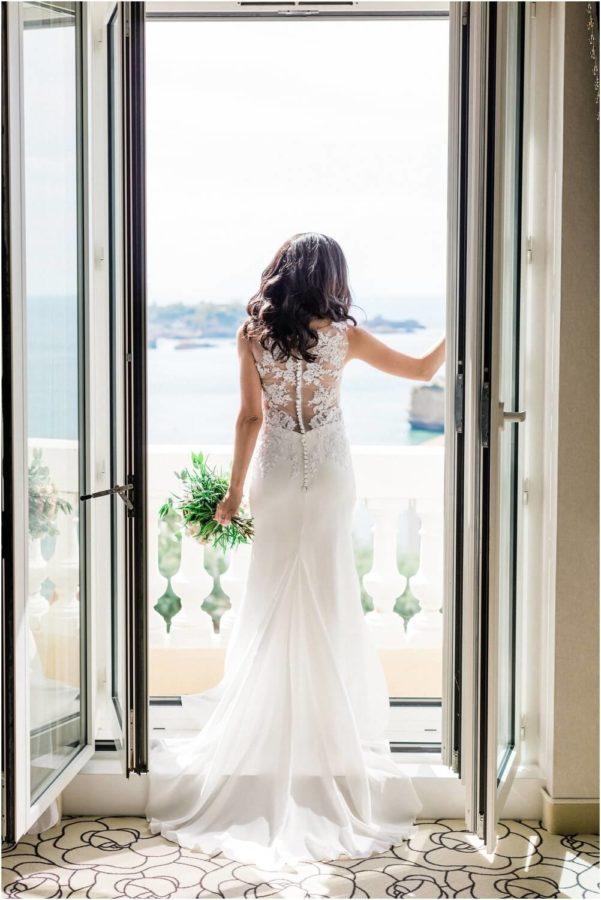 préparatifs de la mariée sur le balcon en bord de mer à biarritz