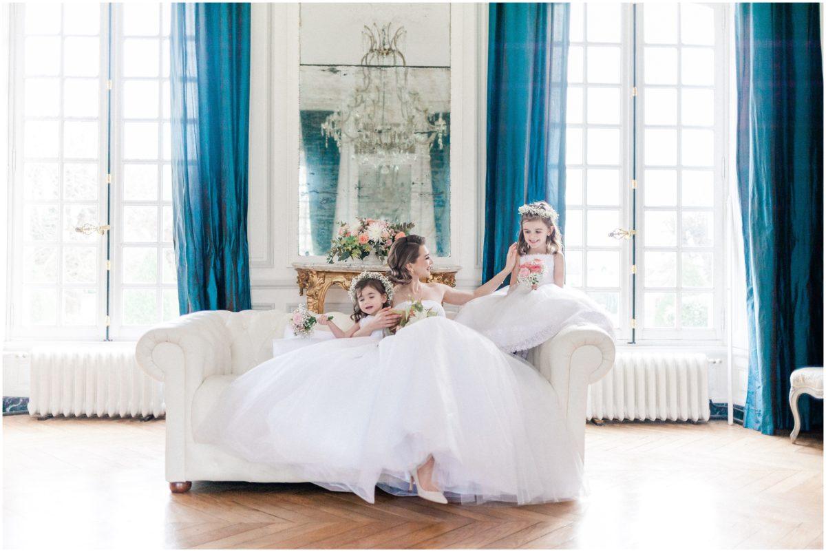 mariée assise avec petite demoiselle d'honneur avec robe de mariée lana duga au Chateau buisson Garembourg