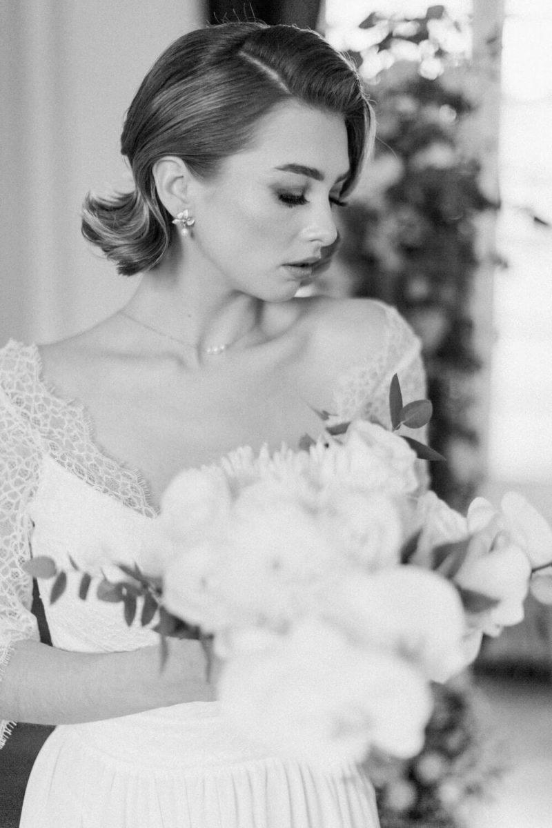 mariée avec son bouquet de fleurs au chateau le buisson garembourg