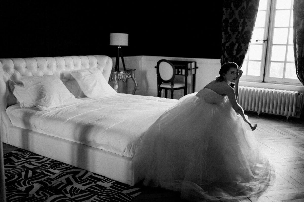 mariée assise sur le lit au chateau le buisson garembourg