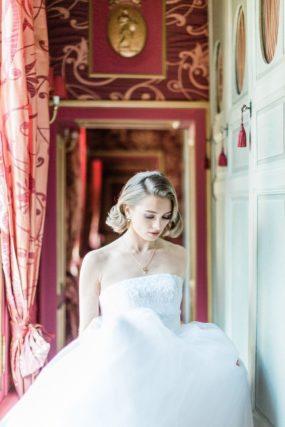 mariage dans le couloir d'un chateau