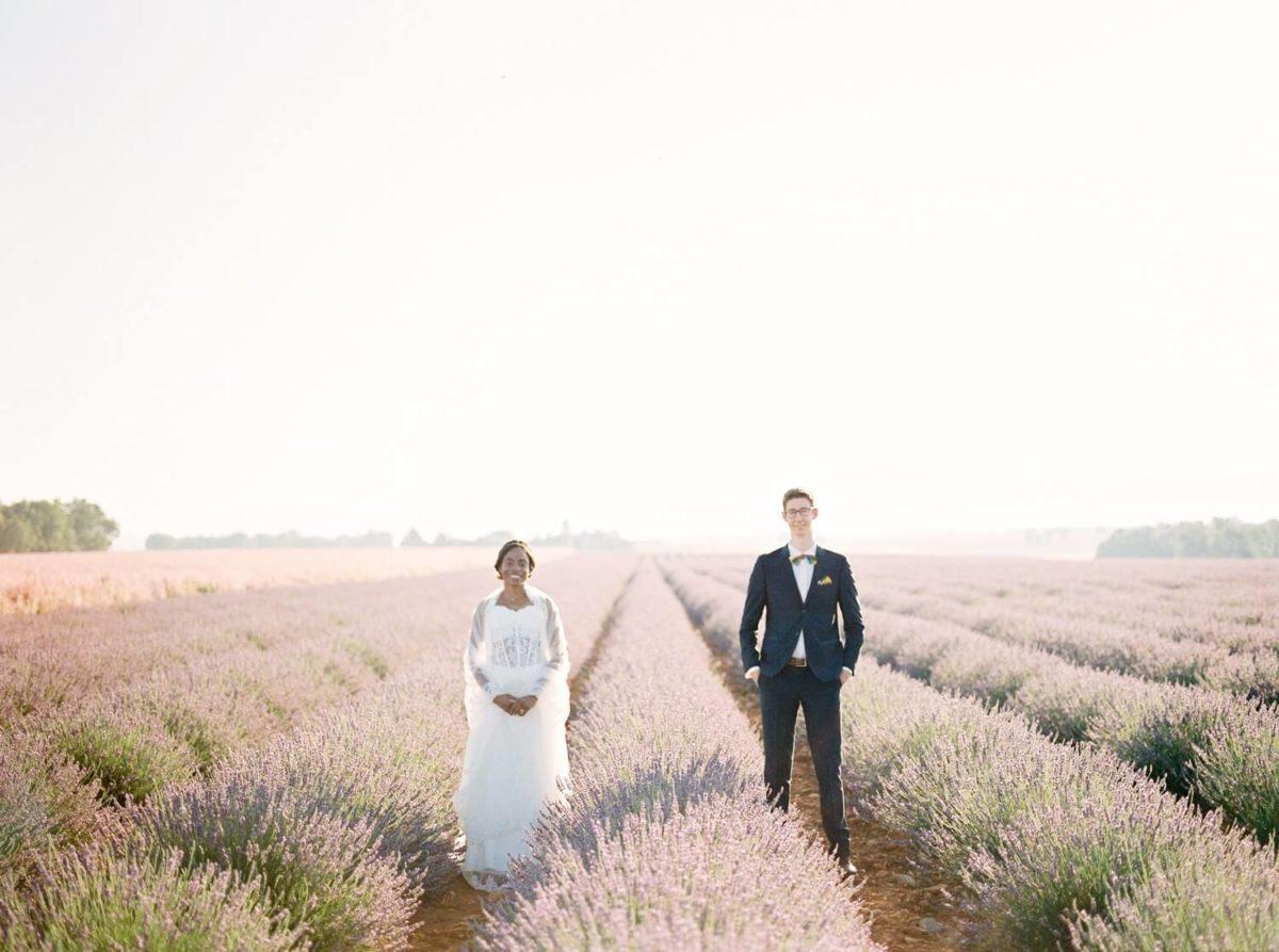 couple de mariés dans les champs de lavande