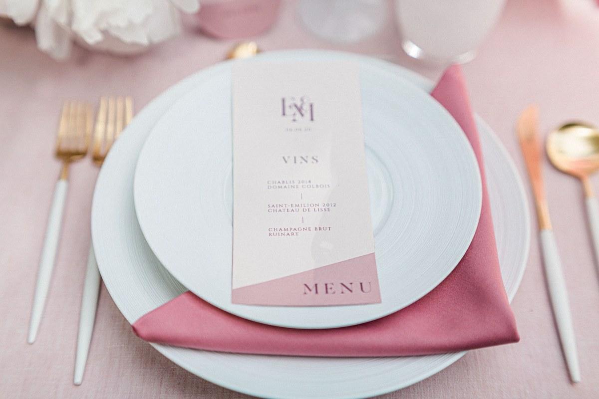 menu de table sur une assiette avec nappe rose