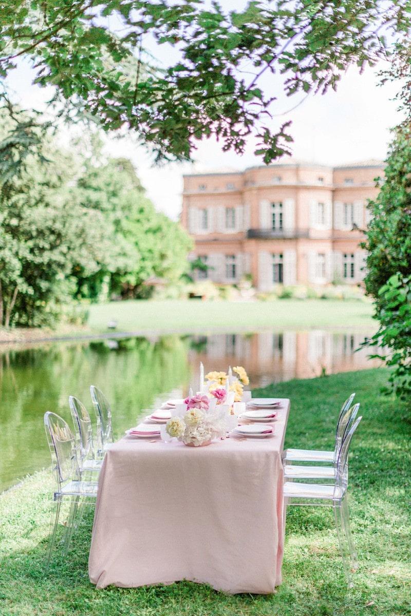 table avec décoration de mariage dans le parc du chateau de roquefoulet