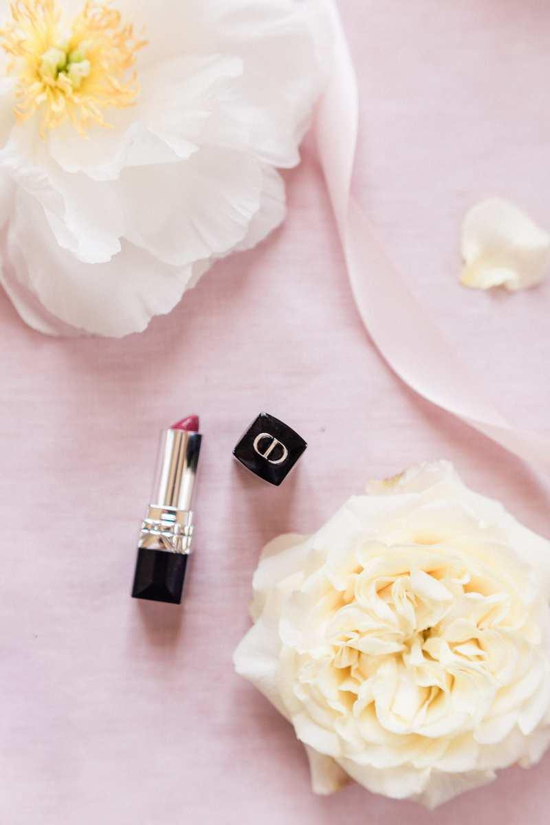 flatlay avec rouge a levre Dior