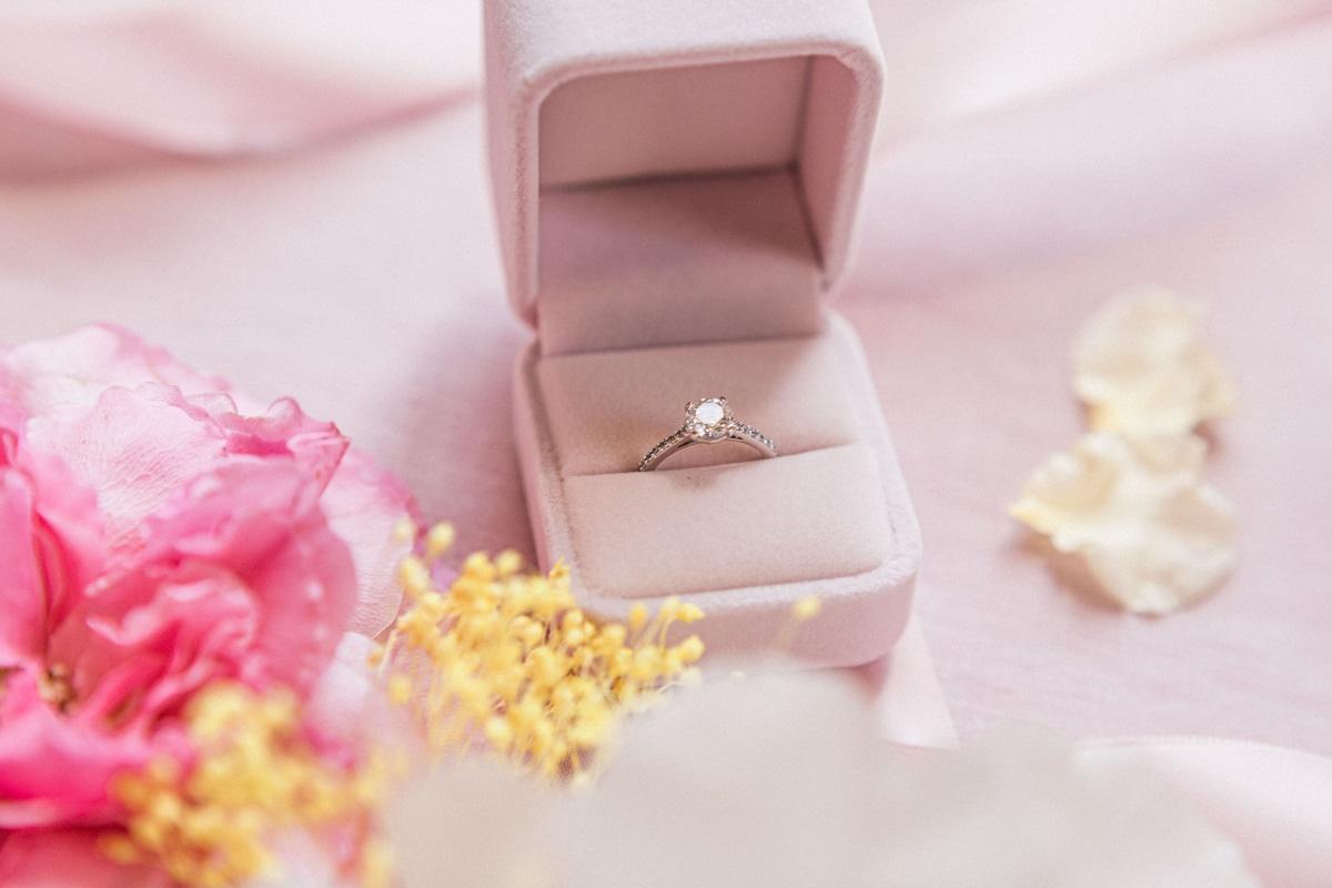 ecrin rose avec alliance diamant sur flatlay