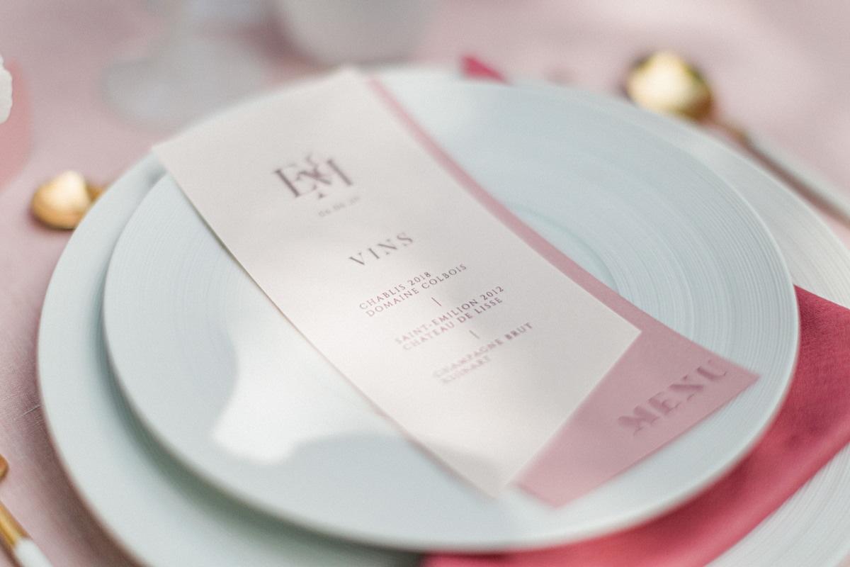 menu de table sur assiette