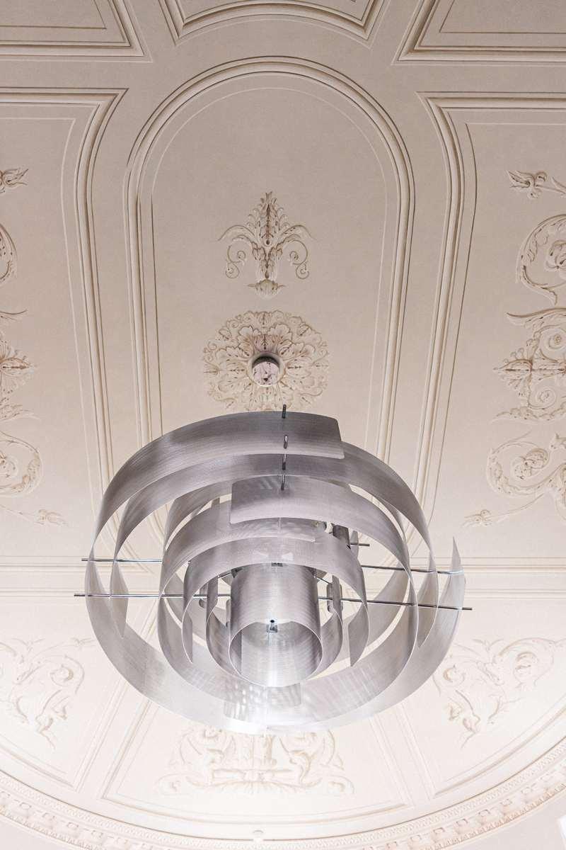 vue plafond lustre moderne et plafond ancien du chateau de roquefoulet