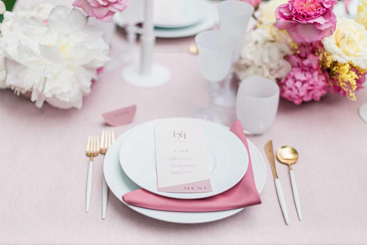 menu de table de mariage sur assiette et nappe rose