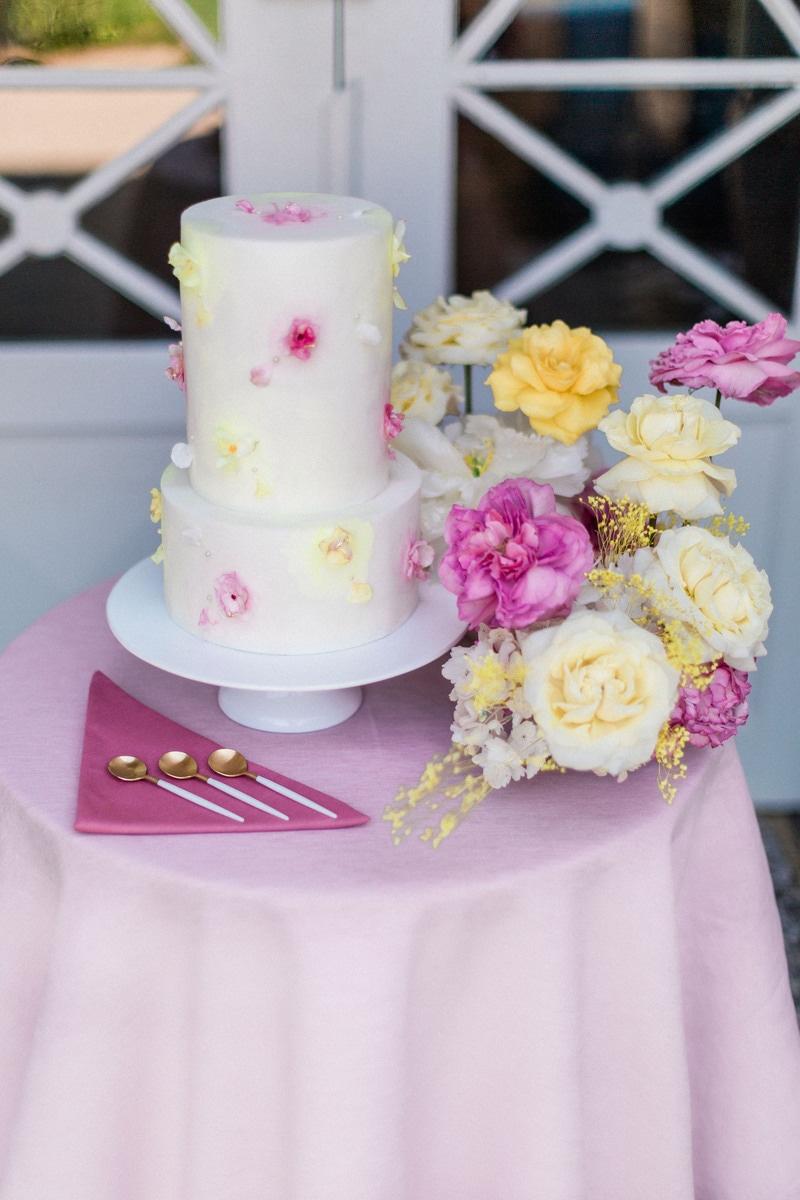 wedding cake avec décoration florale devant la porte du chateau de roquefoulet