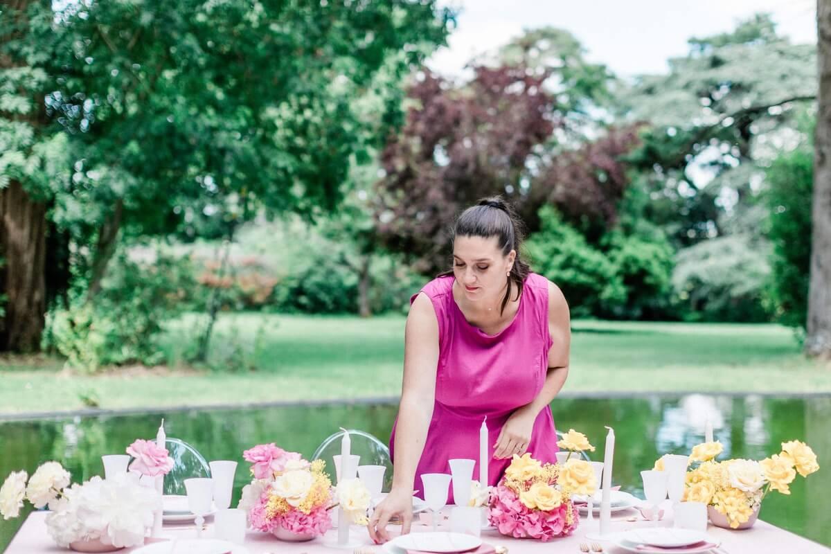 wedding planner qui arrange décoration table mariage